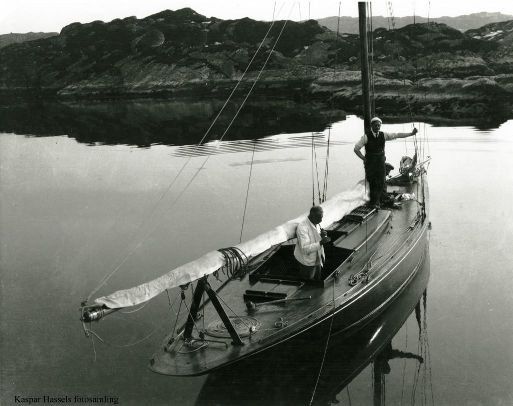"""75 kvm kryssare """"Pus"""" fra skjærgården untanfør Bergen ca 1920"""